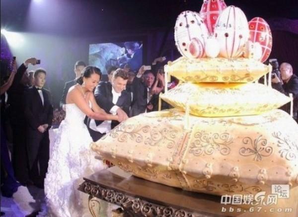 继刚晶婚礼后,港龙航空创办人永新企业董事长曹光彪的孙女曹颖惠(Veronica)与俄罗斯籍企业家柯义(Evgeny Klyucharev)结婚。