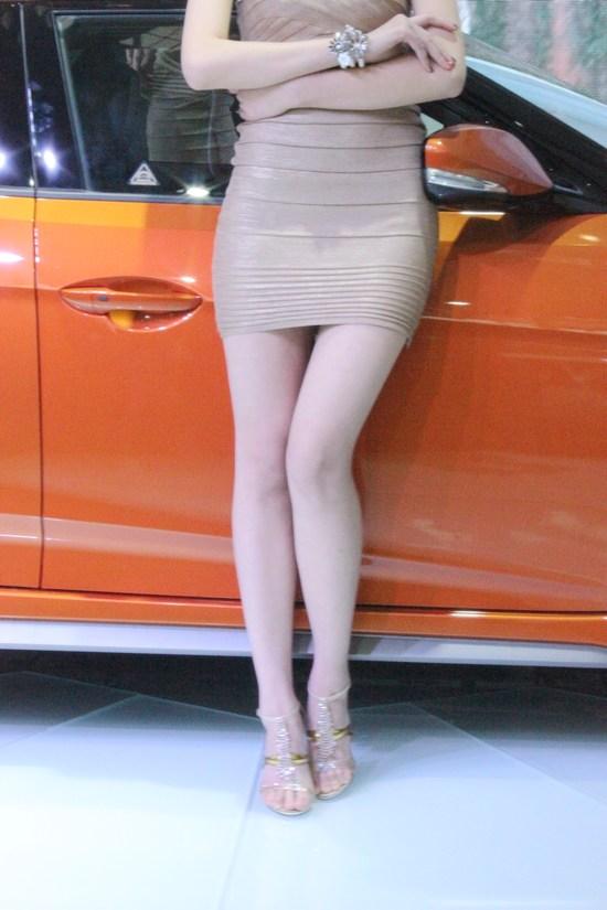 紧身衣的诱惑 2012长沙车展车模完美曲线