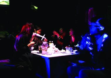两名女孩又提议玩互动游戏增加喝酒的乐趣