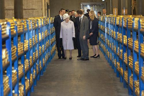 """英国女王亲临苏格兰银行视察,""""清点""""该行地下室的金砖。"""