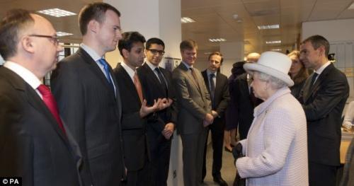 英国女王与苏格兰银行工作人员进行交流。