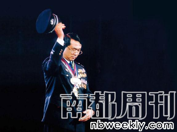 2002年1月,时任铁岭市公安局局长的王立军在公安部2002年春节晚会录制现场。
