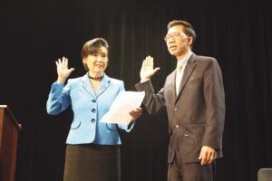 周本立右在赵美心左的主持下宣誓就职。夏嘉 摄