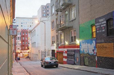 一名61岁华裔妇人就在这条路人稀少的小巷子里,被三名骗徒盯上,被骗走2万元现金和一批金饰。(李秀兰 摄)