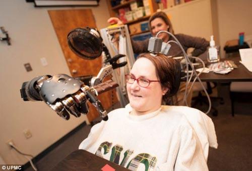 52岁的Jan Scheuermann正在用机械手臂自己进食,13年前她被诊断患有退化性大脑功能紊乱疾病