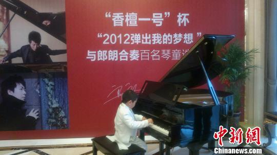 """6岁的小琴童身着燕尾服参加选拔赛,他说:""""今年最大的梦想是与郎朗合影""""。王燕君摄"""
