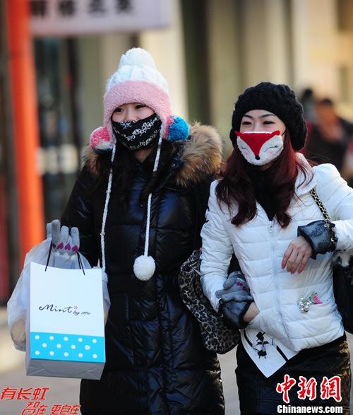 图为市民在寒冷的天气里出行。中新社发 于海洋摄