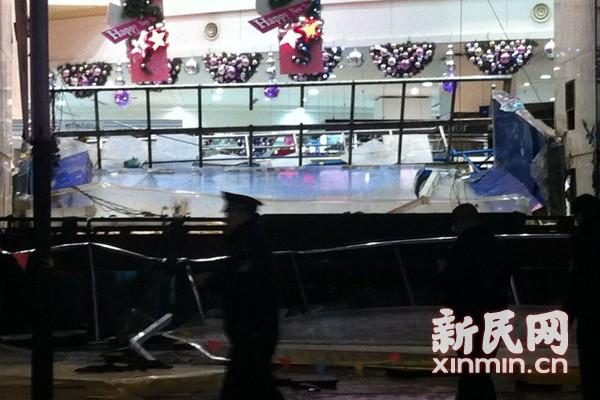 上海步行街鲨鱼缸爆裂 3条鲨鱼死亡15人受伤