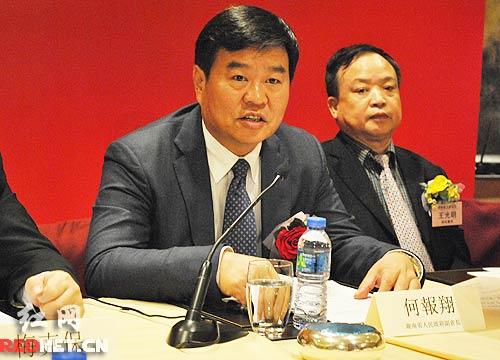 副省长何报翔介绍今年湖南经济社会发展情况。