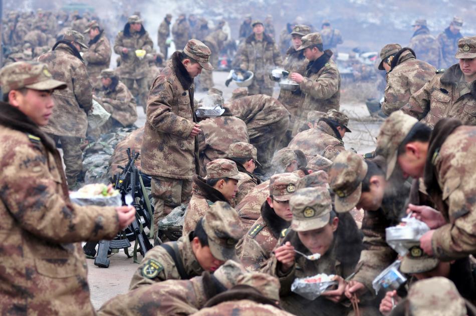 解放军冬季长途拉练在野外就餐(组图)