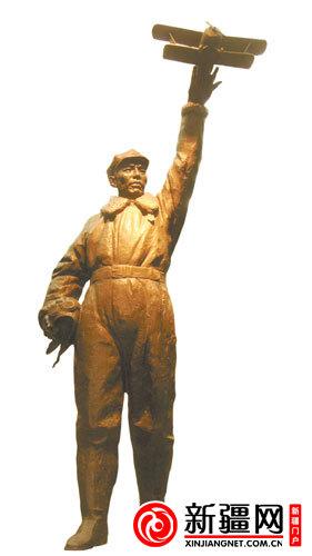 空军新疆航空队纪念馆的青年铜像。