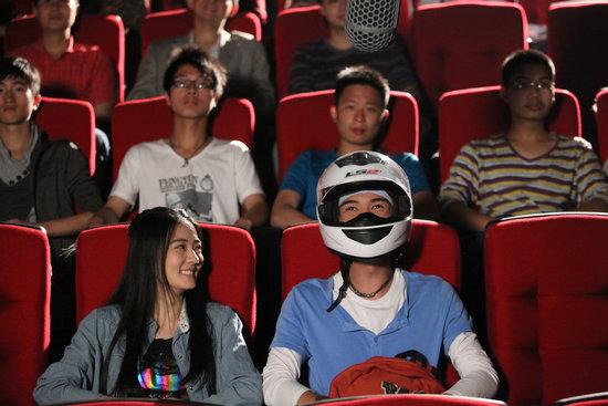 俞杰奇《摩登女婿》带头盔看电影