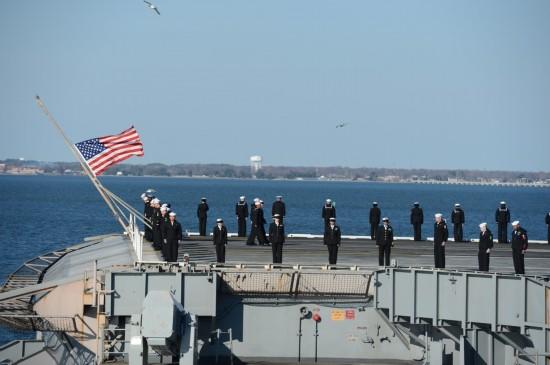 艾森豪威尔号航母返回诺福克军港时可以看到还有4艘航空母舰及一艘图片