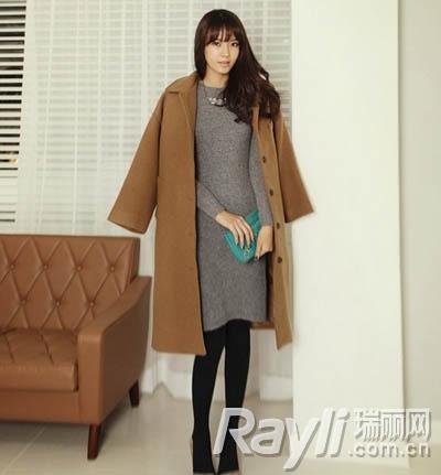 驼色呢子大衣搭配紧身灰色针织连衣裙