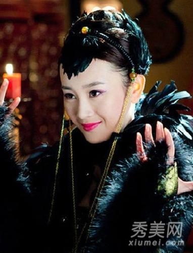 黑网电视剧_艳丽的唇妆,紫红色眼影,黑色羽毛头饰,这造型只有看过电视剧的观众