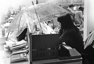 撑伞的女白领在认真地工作