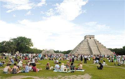 """20日,墨西哥玛雅遗址前,游客参加""""世界末日""""庆祝活动。"""