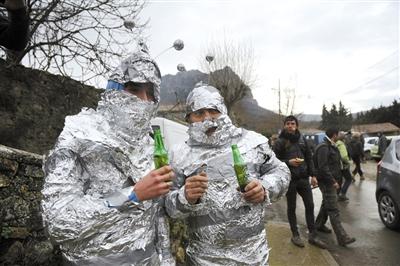 """20日,法国,凑""""世界末日""""热闹的游客打扮成""""火星人""""。"""