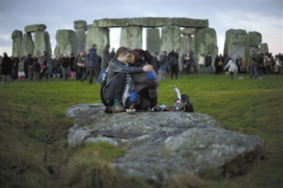 """21日,英国南部巨石阵,一些""""世界末日""""传言爱好者来此祷告。"""