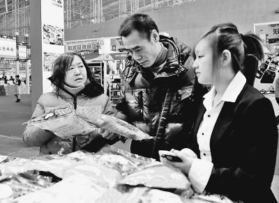 邵国良/本报21日讯(记者曲静)展馆外,瑞雪飞舞;展馆内,粮、油、乳...