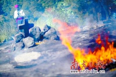 16日,当地居民在位于危地马拉的奇奇卡斯特南戈玛雅文化遗址旁祭拜。新华社发