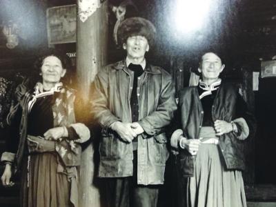 台湾摄影家走遍20多个省区 拍下55个民族近300对金婚夫妻