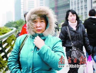 昨日,广州气温骤降并伴随大风,市民穿上厚厚的棉服御寒。