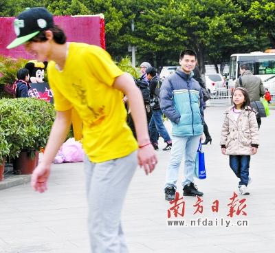 昨日,广州中华广场,年轻人穿着短袖在寒风中玩轮滑,过往的路人纷纷围观。