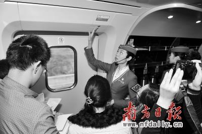 乘务员介绍紧急开门按钮使用方法。