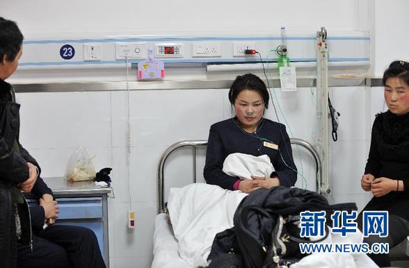 12月22日,延安宝塔区国贸大厦火灾受伤人员在延安大学附属医院接受