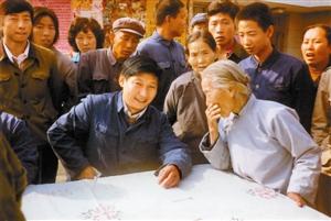 1983年,时任河北正定县委书记的习近平(前排居中),临时在大街上摆桌子听取老百姓意见。