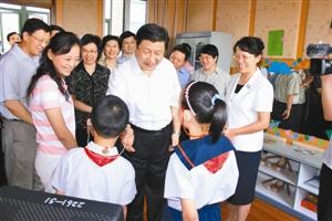 2007年9月,时任上海市委书记的习近平在上海闵行区启音学校与听障学生亲切交谈。