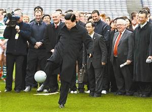 2012年2月,习近平访问爱尔兰参观爱尔兰盖尔式运动协会时应邀开球。