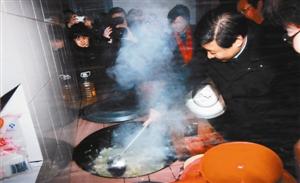 2007年1月,时任浙江省委书记的习近平(右一)在浙江省庆元县屏都镇敬老院为老人们炒菜。