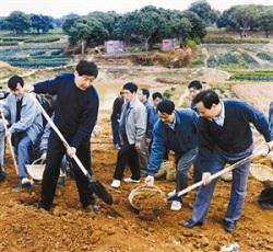 1995年12月,时任福建省委副书记、福州市委书记的习近平(前排左一)在闽侯参加闽江下游防洪堤加固工程的劳动。 (本版图片均由新华社发)