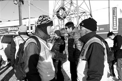 救援队员正在商量对策。本报记者谭青摄/视频