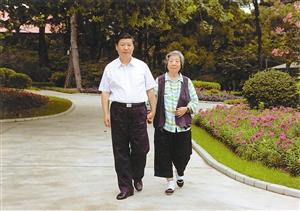 习近平陪母亲齐心散步。