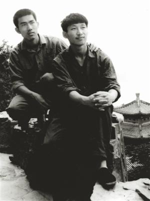1977年,读大学时的习近平(右)。