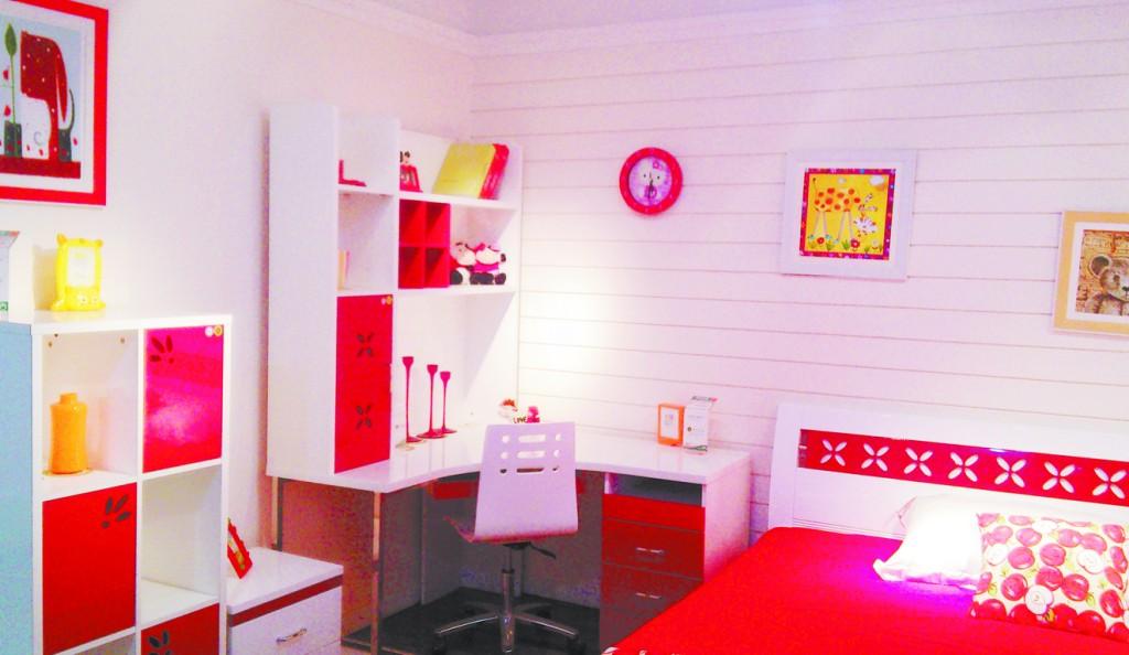 粉红色是公主房的首选颜色,可以给整个房间打下梦幻的基调。一张粉色的大床,一个粉色的帐幔,柔和的灯光洒在粉色的墙上,营造出一种浪漫、甜蜜的气氛,让她的梦境里都充满童话般的完美。   此外,在粉红色的主色调下,还可搭配纯净清透的白色或透明色,浅绿色、紫色、嫩黄色、天蓝色等,都能烘托出浪漫的格调。或者选一款心仪的多彩花朵图案壁纸,增添一些清新的田园风情,即便在炎炎夏日,也能感受到扑面而来的微风。软装多用布艺去点缀,布艺上面色彩斑斓的蝴蝶与花朵让整个房间显得浪漫而温馨,配以花纹的窗帘,呈现在眼前的是女孩羞答答