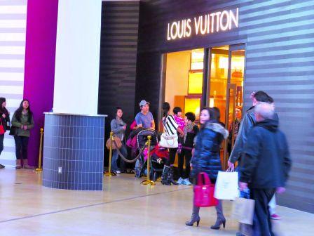 商场内的Louis Vuitton店内顾客拥挤,客人需要在门外等候。(加拿大《明报》 余曦摄)