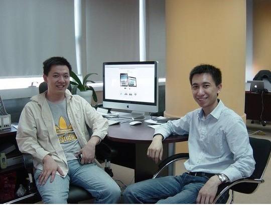 冯华君(图左)
