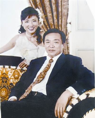 2002年,周涛和明宏正式离婚了.周涛与现任丈夫路云在结婚前各自
