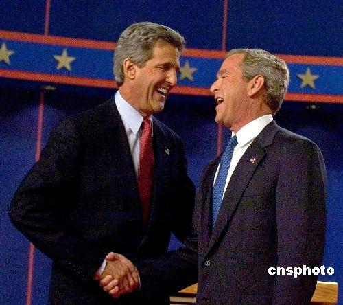 克里(左)和布什(右)。