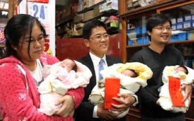 台东一夫妇生下三胞胎 县长亲送红包鼓励生育(图)