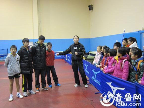 电视组图小记者采访鲁乒乓球俱乐部(体育)高尔夫球球杆握姿图片