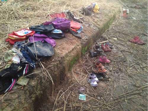 遇难幼儿的书包和鞋子(摄影:袁育�遥�