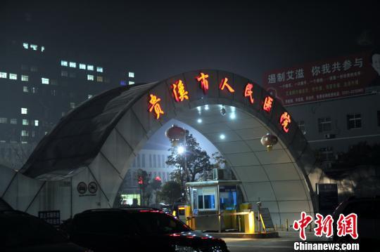 图为24日晚上,一名遇难孩童家属向记者讲诉事故发生经过。 刘占昆 摄
