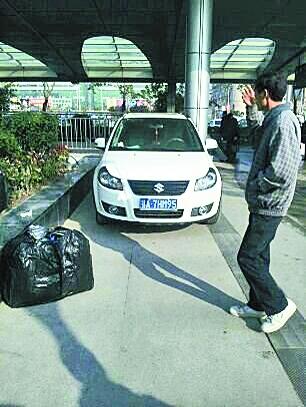 地铁警察将车停在地铁站进出口的人行道上。见习记者朱蕾 摄