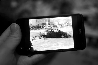 路人拍下的该车自燃情景。本报记者朱嘉磊摄