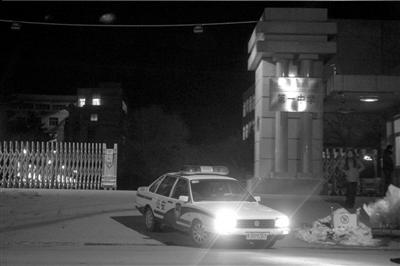 昨晚,一辆警车从县一中内驶出。本报记者朱嘉磊摄